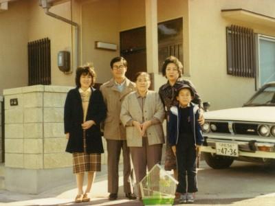 磐田市の自宅前にて家族で