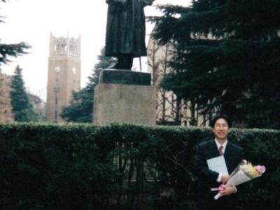 早稲田大学政治経済学部政治学科を卒業。同大学院に進学。